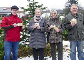 Sebastian Stang, Gerda Bauer, Inge Winter und Gregor Alt bei der Spendenübergabe (von links) Foto: Stock