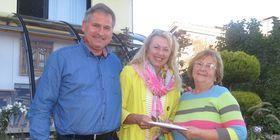Das Ehepaar von Schweinichen spendet 2000 Euro an die Kinderhilfe Grebenhain, Vorsitzende Doris Frank nimmt die Spende dankend entgegen. Foto: Eigner