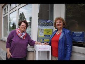 Brigitte Funke (links) und Doris Frank freuen sich auf die Benefizgala und hoffen auf viele Kandidaten, die ihren Namen in die Box werfen. Foto: Vonderheid