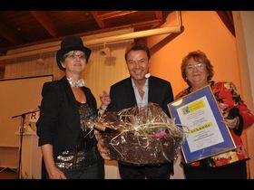 Janett Gläß (links) und Doris Frank überreichten Jörg Bombach als Dankeschön eine Urkunde der Kinderhilfe und einen Präsentkorb.