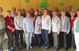 """Ein Teil der Spender der Kinderhilfe im vergangenen Jahr, der zu dem """"Dankeschön-Kaffee"""" gekommen war, mit den Verantwortlichen des Vereins. Foto: Eigner"""