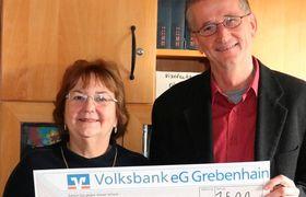 Winfried Zinn übergibt die Spende an Doris Frank. Foto: Eigner